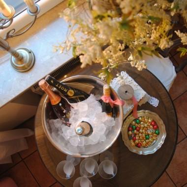 Kochani !!! oby ten co nadchodzi przyniósł Wam piękny czas ,radosne chwile ,dobre dni i spełnił chociaż najmniejsze marzenia :)Pomyślności w Nowym Roku ,bądżcie zdrowi i szczęśliwi :) Zapraszam na toast do domu pachnącego wiosennymi kwiatami