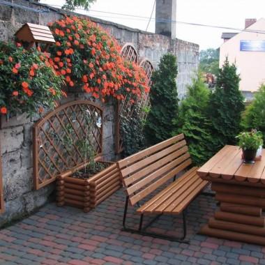 meble ogrodowe w części tarasowej