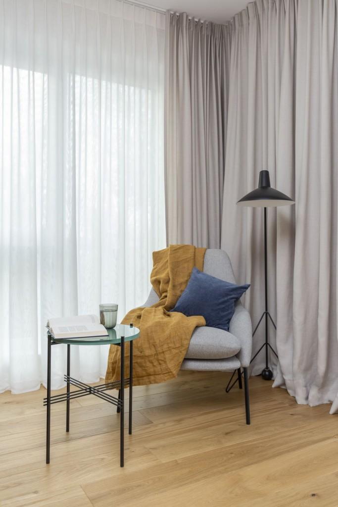 Domy i mieszkania, Mieszkanie na Białołęce w kolorach roku 2021 - Jednym z nich było na przykład posiadanie dużego łóżka w sypialni, a w łazience wanny i prysznica walk-in, na które jak się początkowo wydawało, po prostu brakuje miejsca. Na szczęście inwestorzy nie mieli nic przeciwko zmianie przeznaczenia poszczególnych pomieszczeń oraz układu ścian działowych, a to dało architektom wystarczające pole manewru, by spełnić wszystkie życzenia właścicieli.
