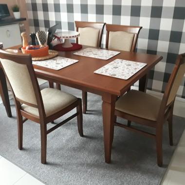 Stół z krzesłami . Co sądzicie o doborze kolorów ?
