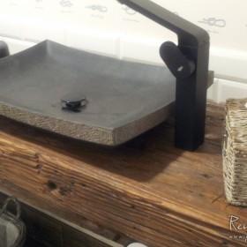 Szafki łazienkowe ze starego drewna.