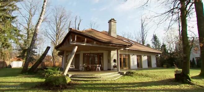 Rustykalny dom ze świerkiem w salonie