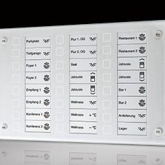 Panel sterujący z aluminium, dotykowy, do zabudowy w ścianie. Umożliwia sterowanie wieloma funkcjami inteligentnej instalacji elektrycznej, które są przypisane do poszczególnych pól dotykowych, np. załączeniewentylacji, wybranej sceny świetlnej, przełączenie domu w tryb oszczędzania energii, itp.