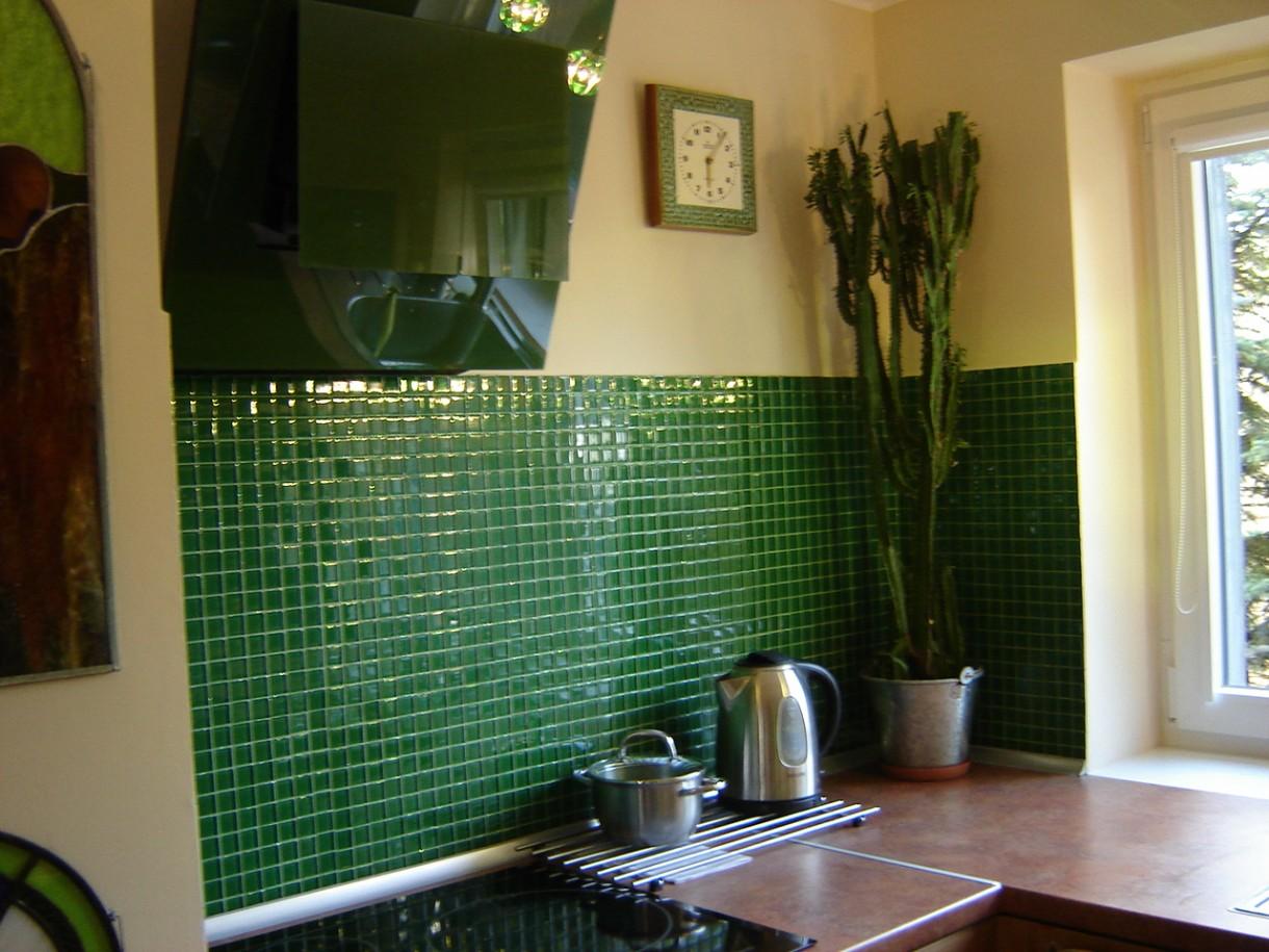Kuchnia, kuchnia aranzacje - uwazalam,ze wybor zielonych kafli bylby banalny,zdecydowalismy sie na mozaike szklana,zegar jest pamiatka rodzinna