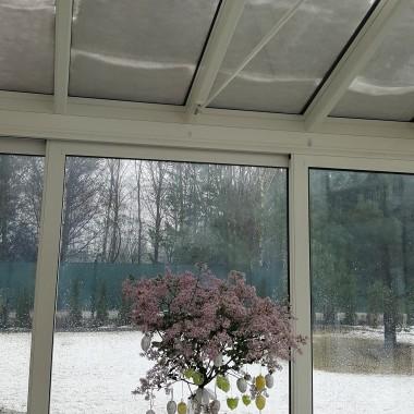 Na zewnątrz śnieg, a tu pachnący , kwitnący bez i róże ...