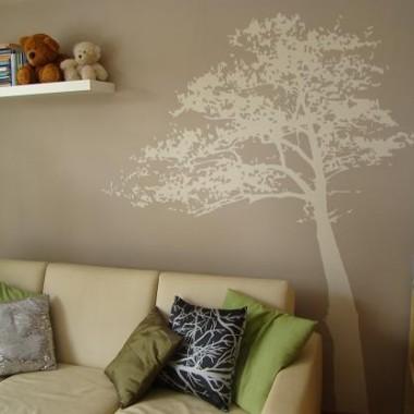 Jeszcze raz drzewko o biedna, podrapana przez psa kanapa z równie wymemłanymi przez sierściucha poduszkami...
