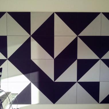 Czarno-biała mozaika z płyt betonowych