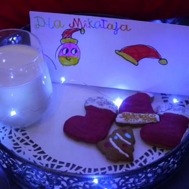 synek również przygotował przekąskę Mikołajowi