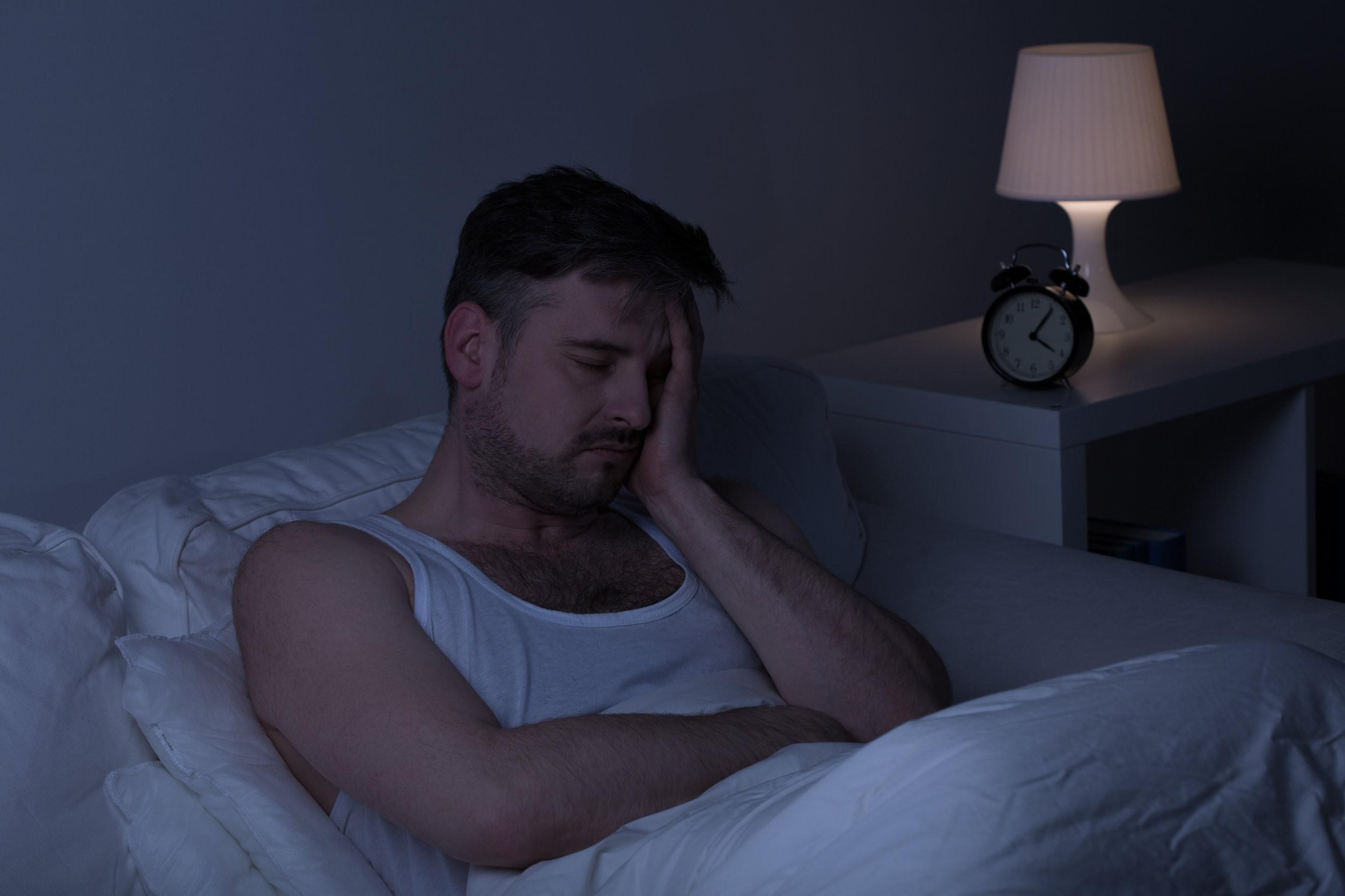 Zmęczony człowiek z bezsennością potrzebuje snu