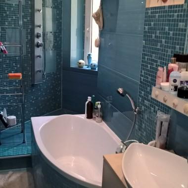 O mojej wąskiej (1,1m) i długiej łazience marzyło mi się mieć i wannę i prysznic. I duże kafle, choć słyszałam, że duże kafle nie nadają się do małych powierzchni. I wymyśliłam sobie  coś takiego...