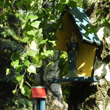 """:)   https://www.youtube.com/watch?v=WJ4qQ14zIy0 Mireille Mathieu """"Santa Maria de la mer""""""""Statua spogląda na wędrujące morzeW błękicie nieba bez zimy, na końcu świataA Matka trzymająca Dziecię ma czułe serceNa modlitwy wieśniaków, którzy Ją prosząDużo deszczu na nasze równinyŚwięta MaryjoDużo zboża na naszej ziemi,W naszych domach dużo kwieciaChroń tych, których kochamŚwięta MaryjoDaj im światło uśmiechu w sercuStatua ma zakochanych pełnych obietnicI czasem modlę się do niej spojrzeniem, kiedy mnie raniszA Matka trzymająca Dziecię ma tylko jedną historięWłaśnie tę należącą do wszystkich tych ludzi przybyłych, by wierzyćDużo deszczu na nasze równinyŚwięta MaryjoDużo zboża na naszej ziemi,W naszych domach dużo kwieciaChroń tych, których kochamŚwięta MaryjoDaj im światło uśmiechu w sercuDaj im światło uśmiechu w sercu"""""""