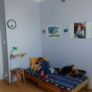Te ścianę co wisi zegar chce pomalowac na grafit zamiast taboretu dać skrzynkę na jabłka pomalowana a biało z kółeczkami łóżko i lustro muszą zostać w naturalnym drewnie. W antyrakietowej dać cytaty z czarnych liter na białym tle.