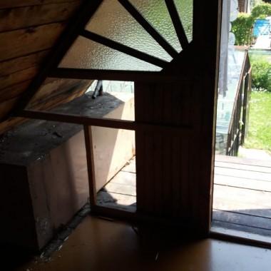 ta skrzynia to gruby metal bardzo ciężki ktoś to miał pomysł zatargać na górę i ogrzewać w tym wodę do podlewania szklarni. wielkie obciążęnie dla całego domku a i pozbyć się tego nie było łatwo