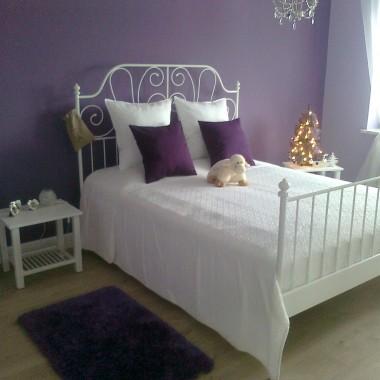 Sypialnia w fioletach i bieli
