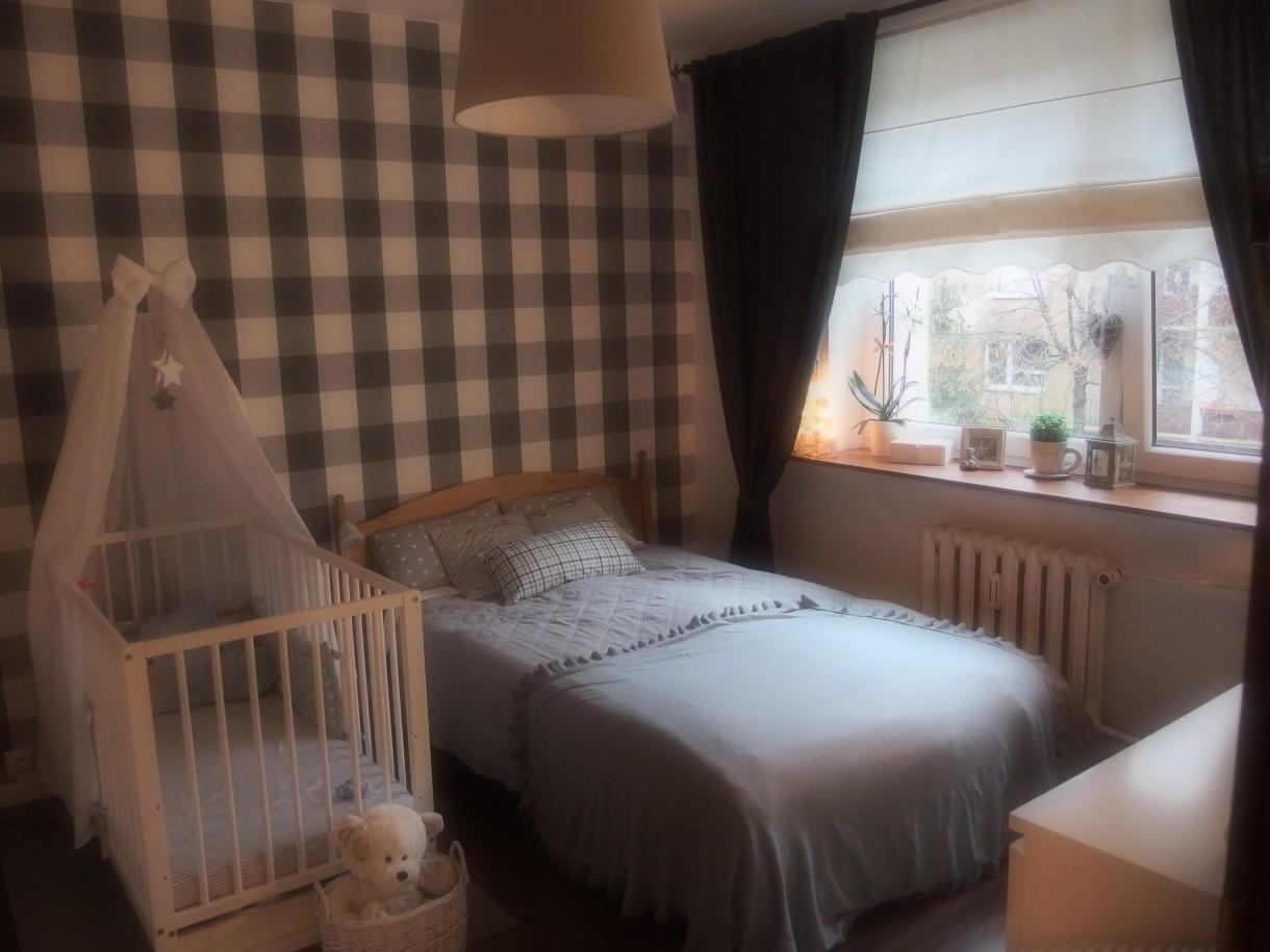 Sypialnia, Lifting sypialni - Tak było: skromnie, szaro i spokojnie. Ta sypialnia aż się prosiła o mały lifting!