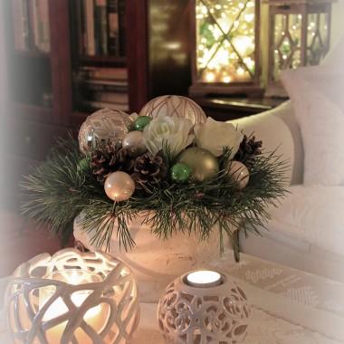 Kochani bardzo rzadko tu teraz bywam ale święta to taki czas kiedy zawsze mnie tu przyciągają piękne dekoracje i aranżacje świąteczne Waszych domów. Wpadam zatem z garścią i moich tegorocznych aranżacji . I chociaż dla mnie te Święta nie będą zbyt radosne, bo braknie nam przy stole kochanej nam osoby, to Wam życzę z  całego serca aby były one dla Was pełne miłości, radości i rodzinnych spotkań. A na Nowy Rok wielu powodów do radości ,spełnienia marzeń i samych pięknych chwil! Wesołych Świąt!!!