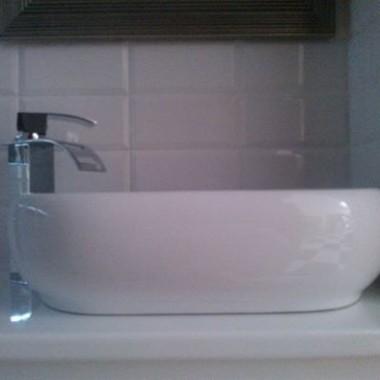 Mała ...biało-czarna łazienka z deszczownicą
