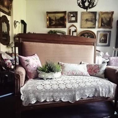 Typowa secesyjna sofa, za to rozkładana. Kupiona całkiem przypadkiem. Jest...inaczej :)