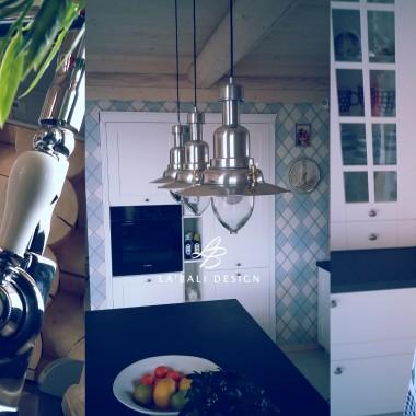 Projekt wnętrz domu z bala. Dodatki i dekoracje w kuchni.
