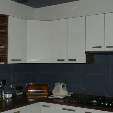 O to moja kuchnia fronty sa koloru Magnolia połysk, kafle na ścianie grafit.