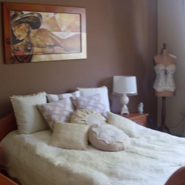 Witajcie!Przedstawiam wam moja sypialnie po remoncie jest prawie wymarzona ,brakuje mi tylko lustra nad komoda i nowej rolety ,moze jeszcze jakies dywaniki kupie ,obraz pewnie wielu osobom sie nie spodoba ale bardzo go lubie i bedzie tu wisial choc srednio pasuje do klimatu :).Gdzies w poprzednich galeriach jest sypialnia przed remontem dla porownania.Zapraszam do ogladania a moze kogos zainspiruje :)