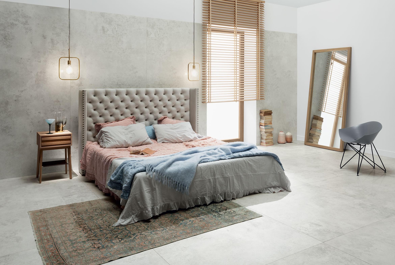Efekt betonu na ścianie oraz podłodze w przytulnej sypialni.