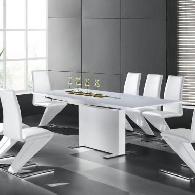Stoły, krzesła i ławy.