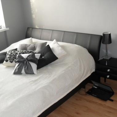 Biało-szara sypialnia muśnięta stylem glamour:)