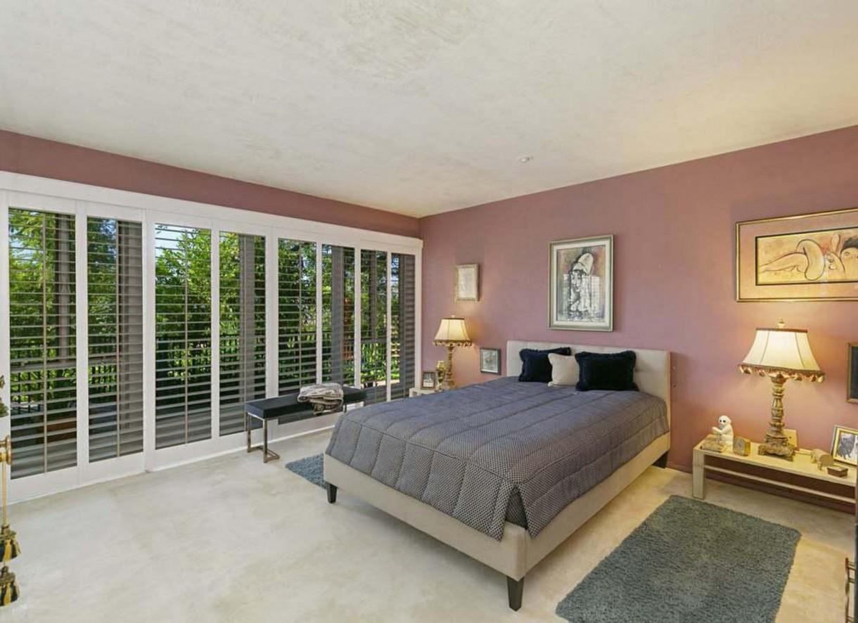 Domy sław, Nowy dom Annie Lennox - Z głównej sypialni, przez oszklone drzwi, można wyjść bezpośrednio do ogrodu.  Źrodło: IMP FEATURES/East News