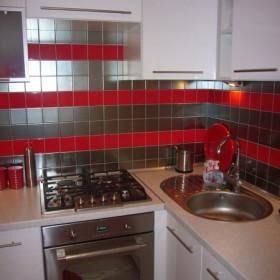 kuchnia biało, srebrno, czerwona