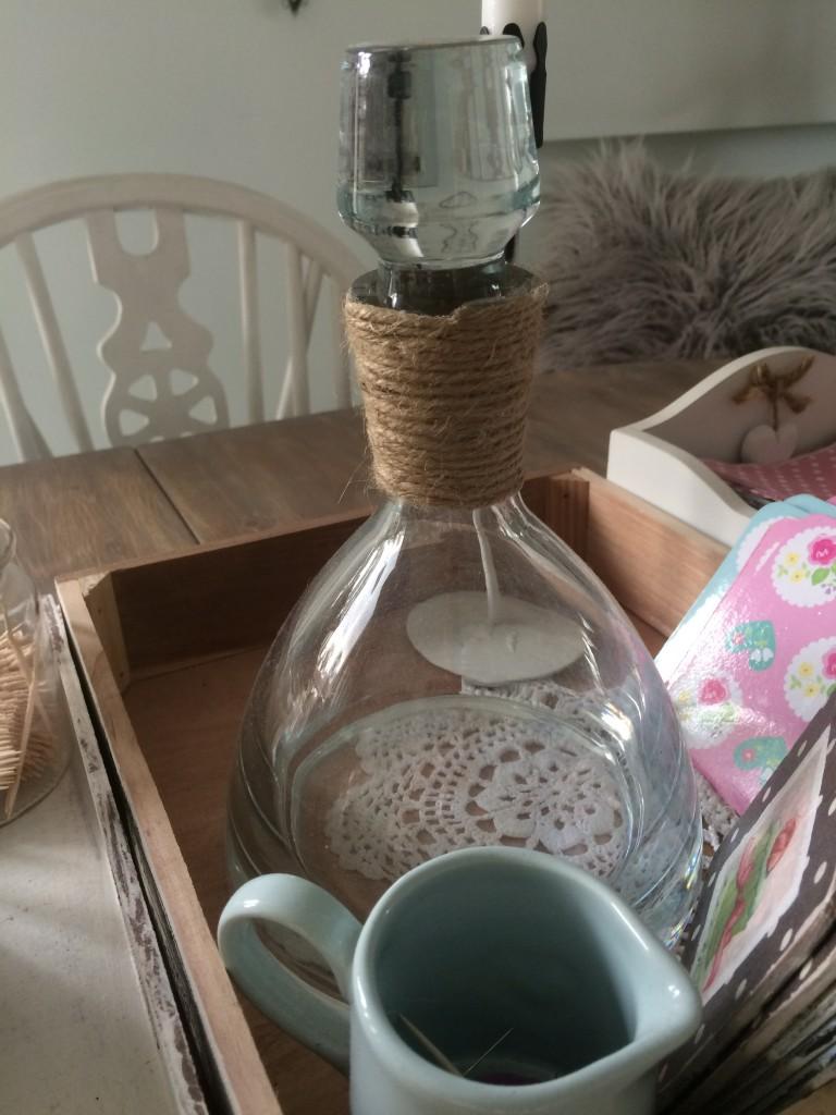 Kuchnia, pastele w kuchni i dekoracje w wiejskim domu - uratowana karafka  zkupiłam ja wiele lat temu za granica , w miejscu sznurka była uszczerbiona i peknieta , wymagała liftingu