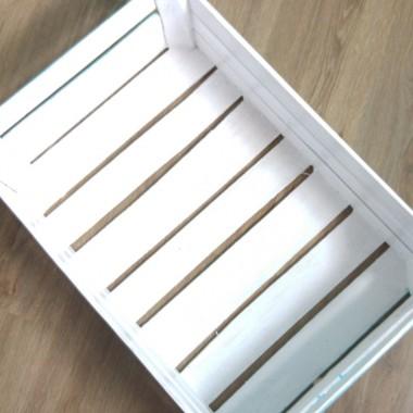 pomalowana skrzynka w środku i na zewnątrz na biało
