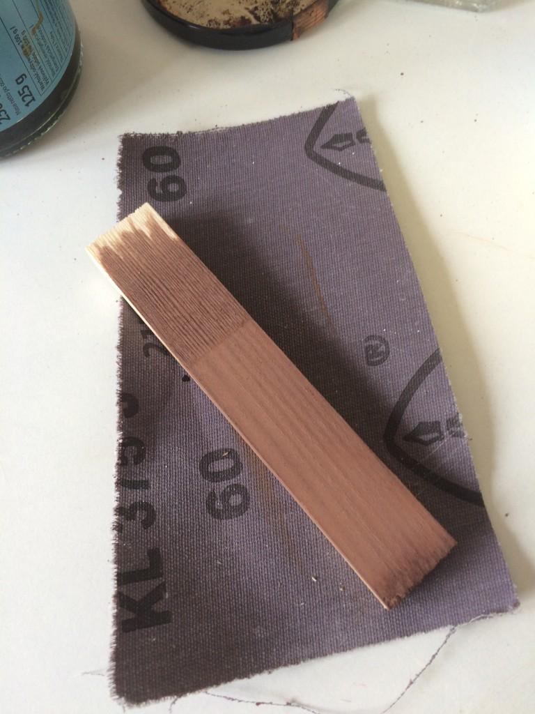 Zrób to sam, ekologiczna bejca - oto efekt końcowy i zabawne jest to ,że bejca nie posiada widocznego koloru gdy malujemy jest lekko rdzawa , rzekłabym brudna woda ale po kilkunastu minutach drewno staje się brązowe. Odcień przeze mnie uzyskany to palisander .Tu próba na listewce sosnowej podejrzewam, że każdy inny rodzaj  drewna może zabarwić się na inny odcień