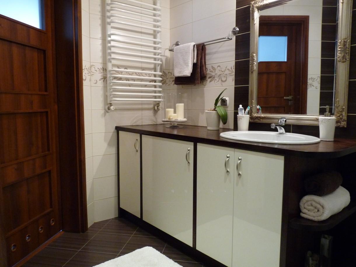 Czekoladowo Biała łazienka Deccoriapl