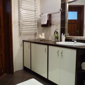 Czekoladowo-biała łazienka