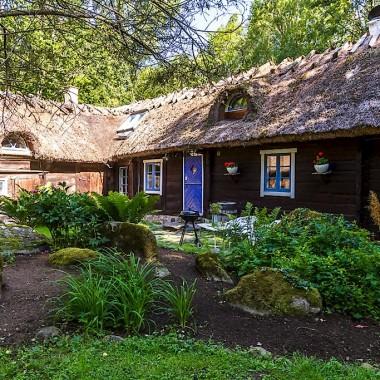 Skania - metamorfoza wiejskiej chaty, która została zbudowana w 1600 roku. Budynek położony jest w bukowym lesie na południu Szwecji (obrzeża Arkelstorp). Został poddamy starannej, wieloletniej i wieloetapowej odnowie (wnętrza przystosowane są do  obecnych standardów życia). Dom ma ok. 150 m2, 6 pokoi (w tym 3 sypialnie). Koszt tej XVII wiecznej chaty to ok. 2 mln koron.