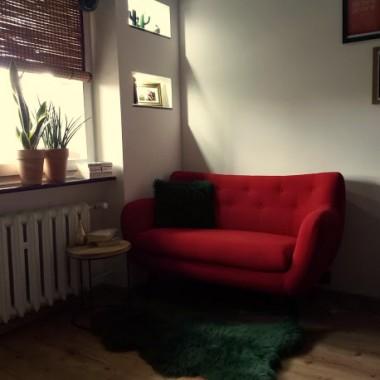 witam oto kilka fotek sofy w stylu retro, na którą czekaliśmy dość długo, osobiście uważamy, że trafiony wybór, jest bardzo wygodna co jest najważniejsze:) i na chwilę obecną jest największą ozdobą pokoju:)