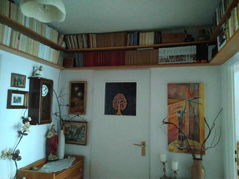 Gabinet, Książkowa galeria :) - W przedpokoju półki nad drzwiami sprawdzają się idealnie :)