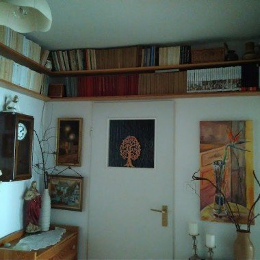 W przedpokoju półki nad drzwiami sprawdzają się idealnie :)