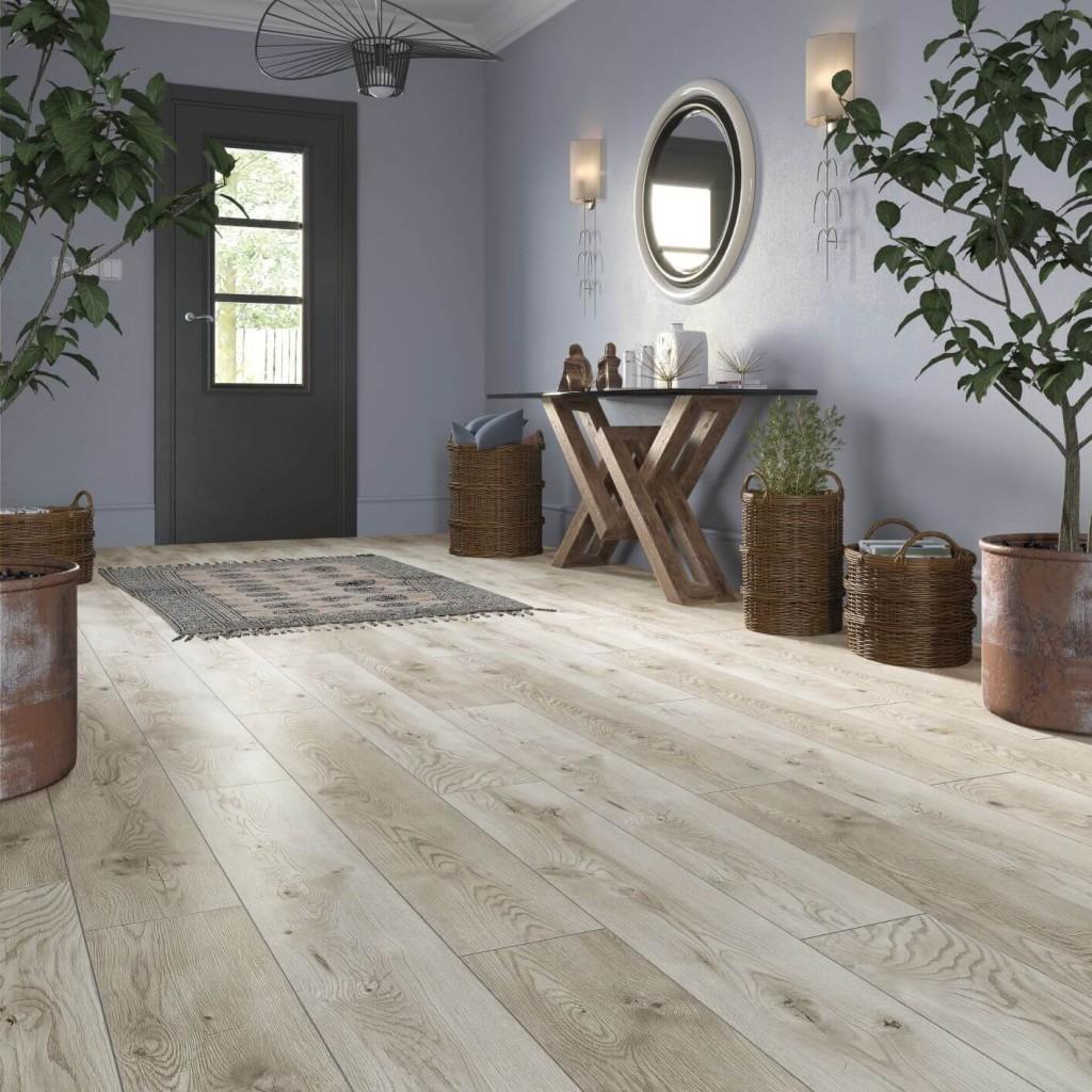 Domy i mieszkania, Trendy wnętrzarskie: 3 modne rozwiązania w panelach podłogowych - Trend 2: Niestandardowe rozmiary desek  Szerokość tradycyjnych paneli wynosi ok. 194 mm. Są one uniwersalne i dobrze sprawdzą się w każdym wnętrzu. Moda na otwarte przestrzenie sprawiła jednak, że popularność zyskują szersze deski (ok. 282 mm) i coraz więcej tego typu rozwiązań możemy spotkać w salonach sprzedaży. Nadają one wnętrzu elegancki charakter i świetnie podkreślają okazałość pomieszczenia. Taka podłoga sama w sobie stanowi element dekoracyjny, dlatego warto ją maksymalnie wyeksponować i nie zasłaniać dywanami.  Materiał prasowy