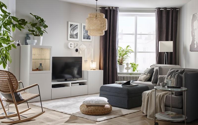 Kącik TV – aranżacja w bieli, szarości i beżu