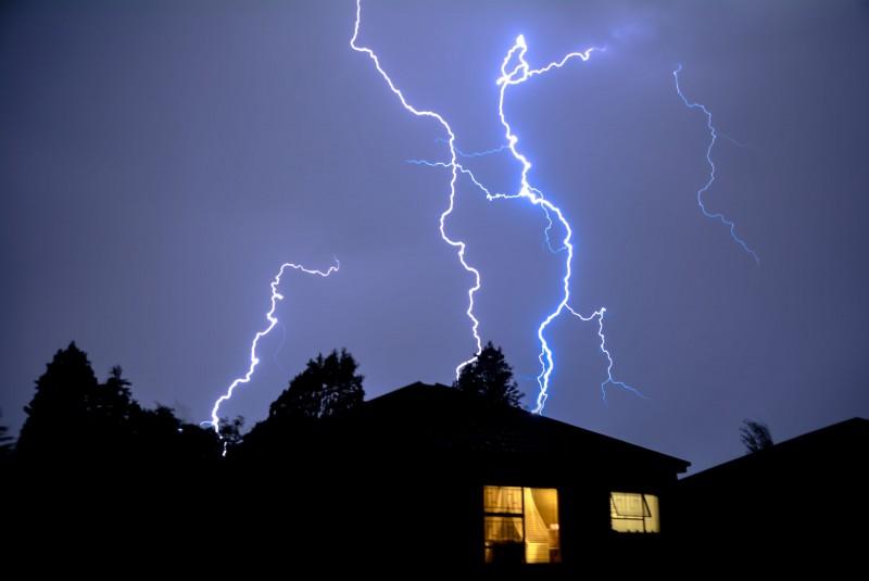 Jak podczas burzy zachowywać się w domu?
