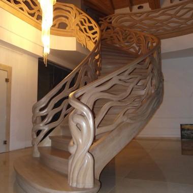 Schody gięte, ręcznie rzeźbione.Projekt i wykonanie Legar-schody
