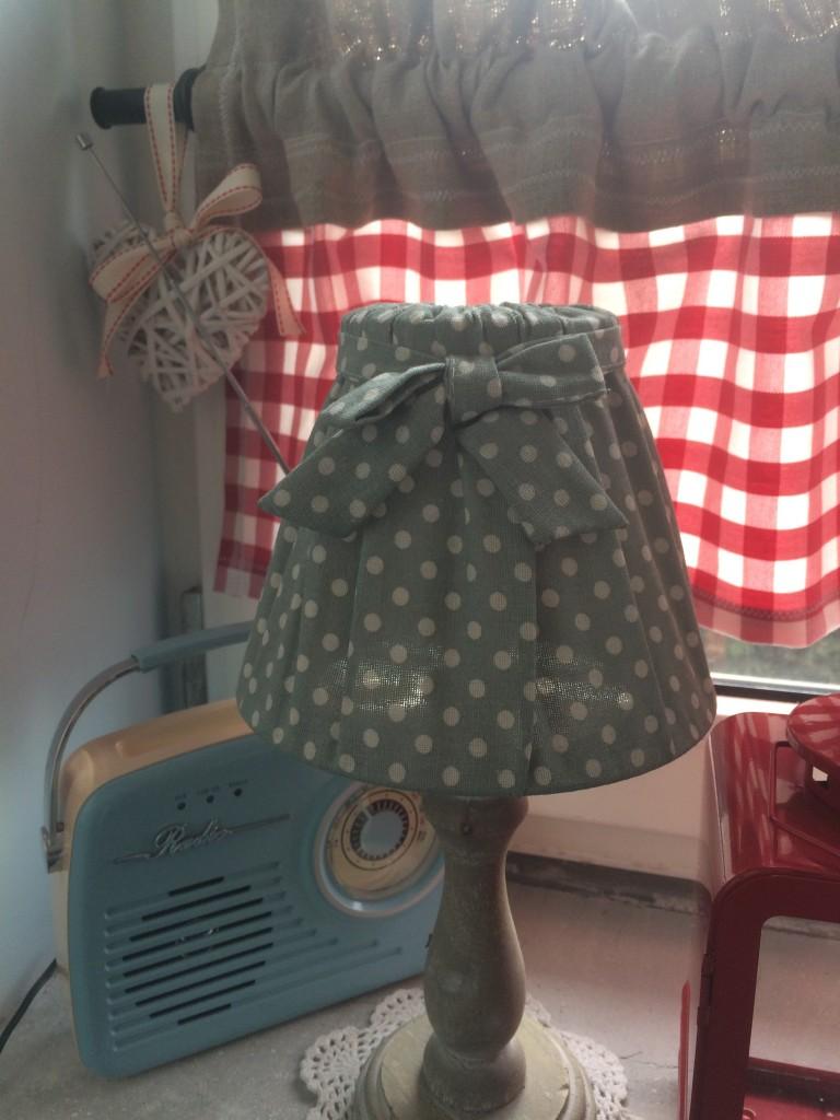 Kuchnia, pastele w kuchni i dekoracje w wiejskim domu - lampka w kuchni jedna z dwóch i radio