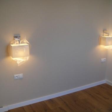 sypialnia ściana za łóżkiem tapeta len  i oświetlenie m