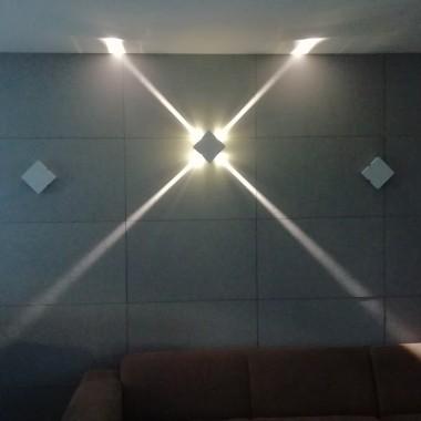lampa ścienna ledowa z wąskim światłem świecąca w 4 różnych kierunkach