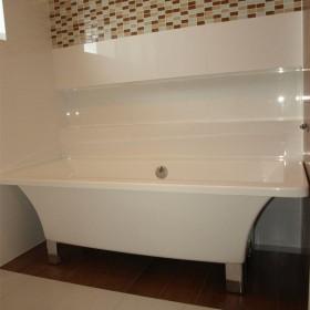 Łazienka białe płytki wanna niezabudowana.