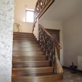 Schody klasyczne z ręcznie rzeźbioną balustradą