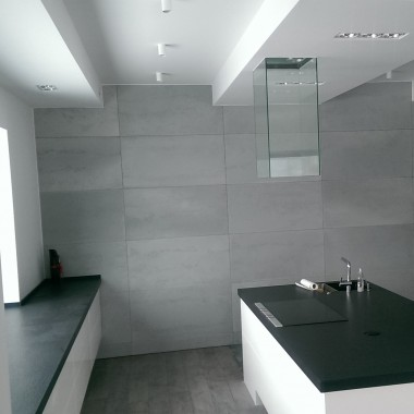 Duża kuchnia z dekoracją na ścianie z betonu architektonicznego Luxum.
