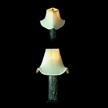 Lampa stolikowa o podstawie wykonanej z konglomeratu kamienia i żywicy z motywem zwiniętych liści lotosu&#x3B; cokół lampy z drewna&#x3B; lampa zwieńczona fantazyjnym abażurem w kolorze ecru&#x3B; wymiary: 65x37cm